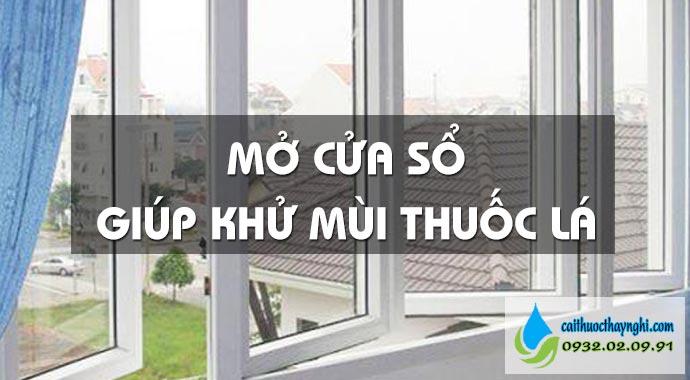 mở cửa sổ giúp khử mùi thuốc lá
