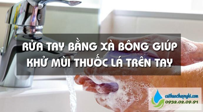 rửa tay bằng xà bông giúp khử mùi thuốc lá trên tay