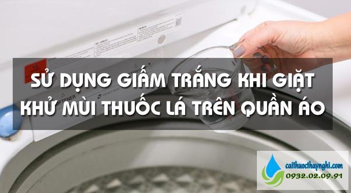 sử dụng giấm tắng khi giặt giúp khử mùi thuốc lá trên quần áo