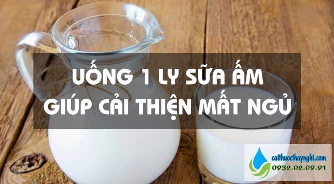 uống một ly sữa ấm giúp cải thiện mất ngủ