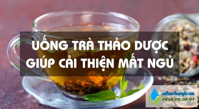 uống trà thảo dược giúp cải thiện mất ngủ
