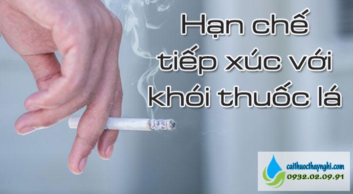 hạn chế tiếp xúc với khói thuốc lá